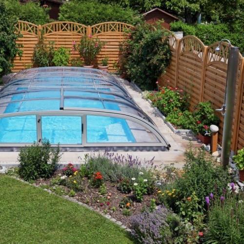 zadaszenie basenu wprywatnym ogrodzie